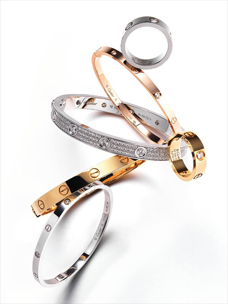 (위부터 차례로) 플래티넘 소재에 다이아몬드를 세팅한 반지는 5백90만원대, 기존 모델보다 얇은 두께로 선보인 다이아몬드 장식 핑크골드 브레이슬렛은 7백50만원대, 화이트골드에 다이아몬드를 전면에 감싼 브레이슬렛은 가격 미정, 옐로골드와 다이아몬드가 어우러진 반지는 4백30만원대, 클래식한 디자인의 골드 브레이슬렛은 7백80만원대, 기존 모델보다 얇은 두께로 선보인 다이아몬드 장식의 화이트골드 브레이슬렛은 8백만원대, 모두 Cartier.