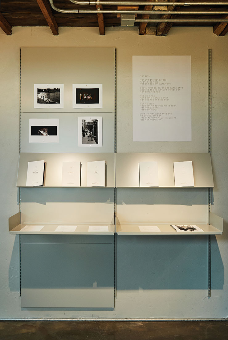 다섯 권의 책이 진열된 전시장.