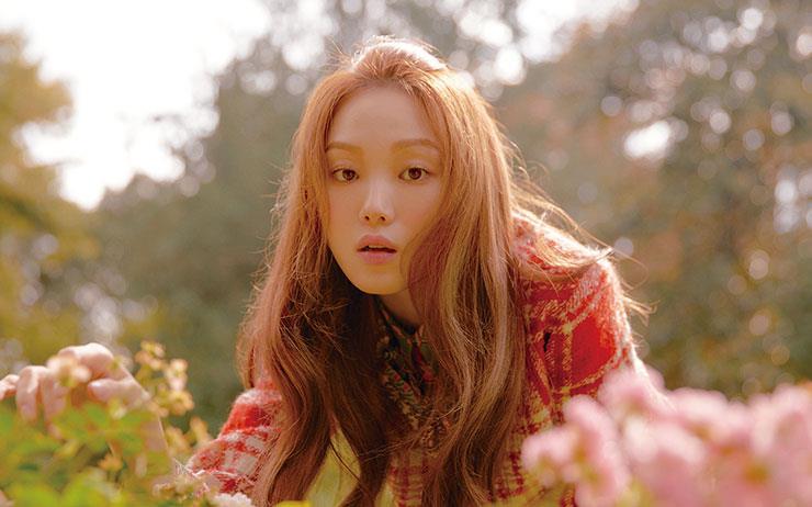 가을빛이 드리워진 아름다운 저택에서 천진하고 나른한 얼굴을 한 이성경이 쓰는 한 편의 영화.