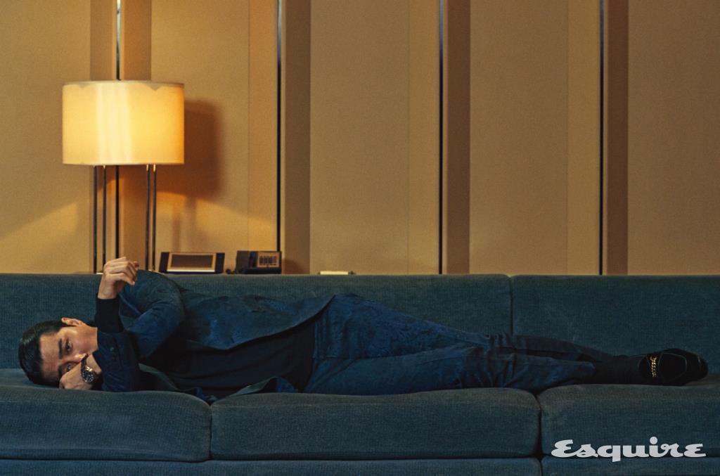 지름 43mm에 18캐럿 레드 골드 케이스, 블루 다이얼의 파일럿 워치 퍼페추얼 캘린더 크로노그래프 어린왕자 에디션 IWC. 네이비 슈트 에트로. 터틀넥 톱, 로퍼 모두 스타일리스트 소장품.