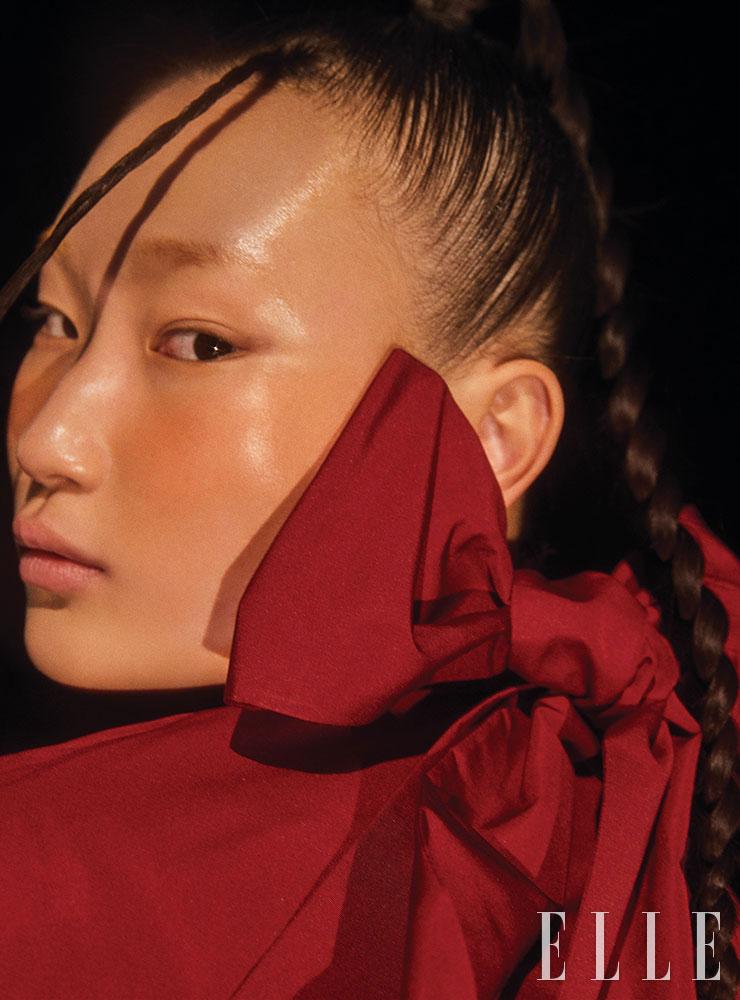 리본 장식의 풍성한 톱은 Valentino.