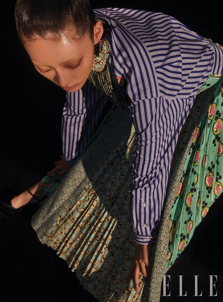 스트라이프와 과일, 페이즐리, 도트 프린트가 믹스된 롱 드레스는 Prada.