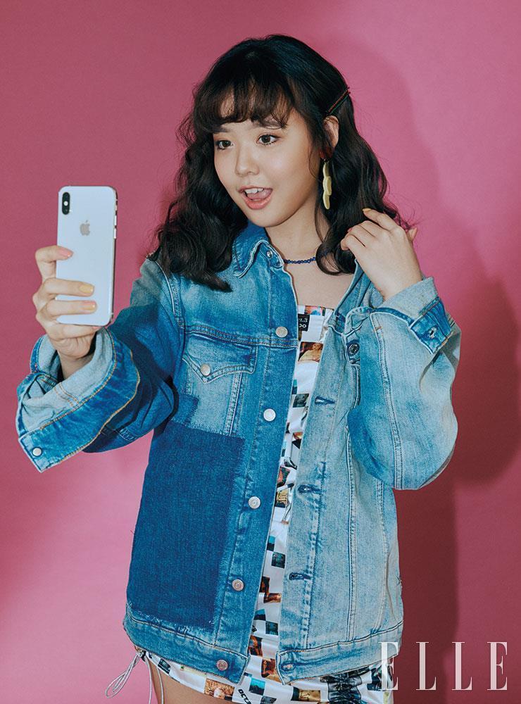 튜브톱과 스커트는 모두 Oct.3. 패치워크 데님 재킷은 Calvin Klein Jeans. 귀고리는 Fruta.