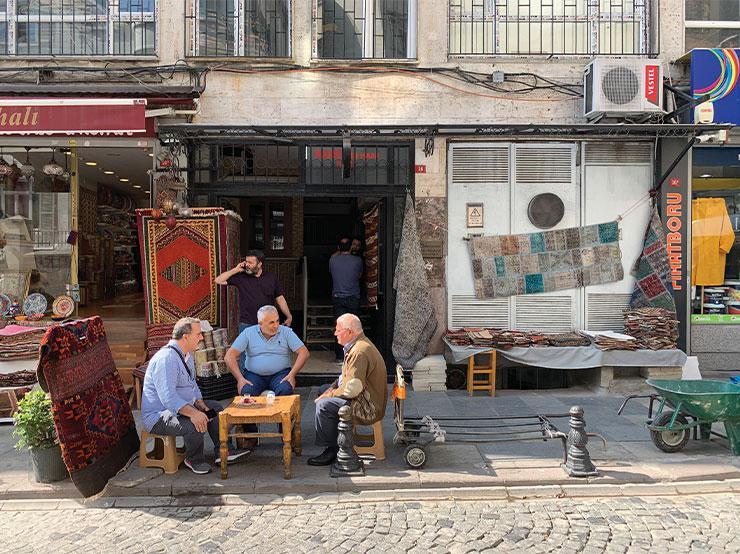 이스탄불 거리에서는 노천카페에서 커피나 홍차와 함께 담소를 즐기는 사람들을 자주 볼 수 있다.