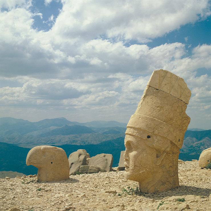 넴루트 동쪽 테라스. 콤마게네 왕국은 천문학을 고도로 발달시켰다.