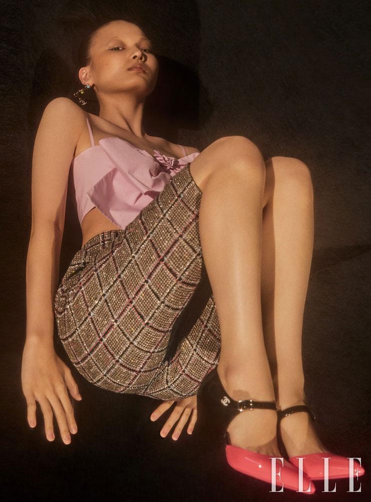 리본 장식 미드리프 톱과 버뮤다 팬츠, 컬러플 드롭 이어링, 메리 제인 하이힐은 모두 Chanel.