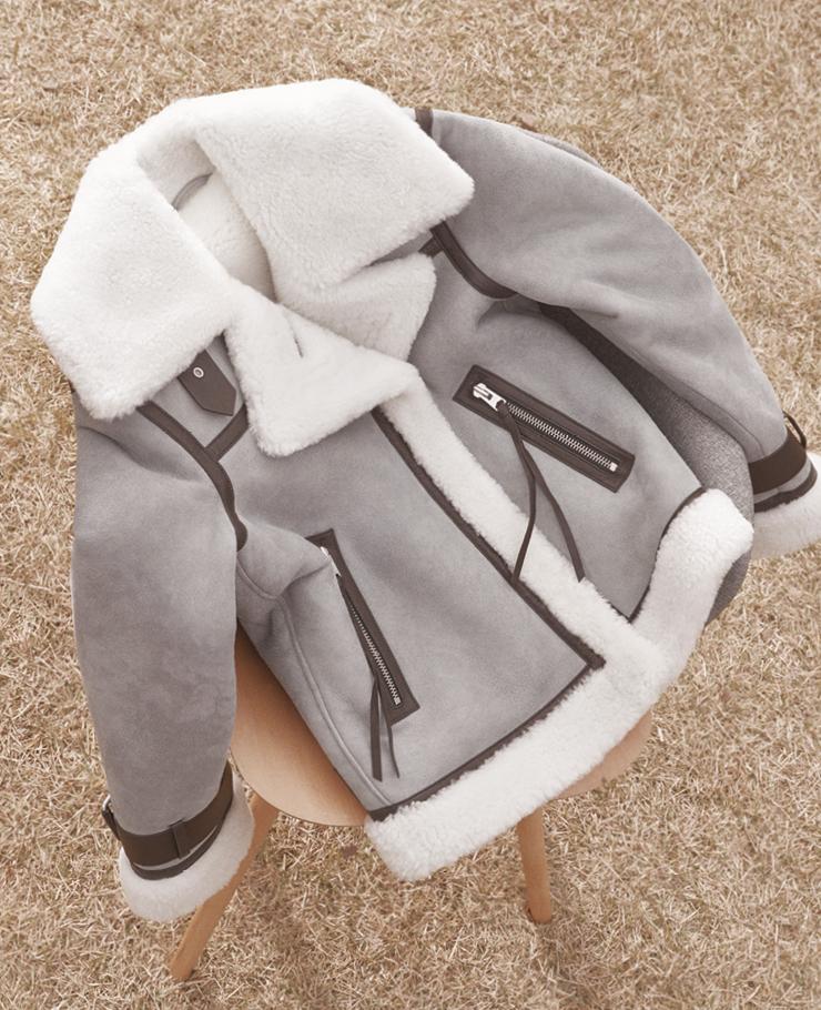 그레이 컬러 위 브라운 레더 라이닝 장식이 고급스러운 시어링 무톤 재킷. 1백64만8천원, 올세인츠.