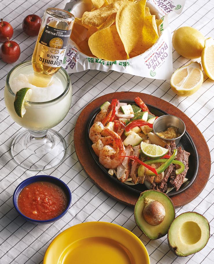 얼티밋 화이타 참나무를 이용한 멕시코 전통 메스퀴트 그릴 방식으로 조리하는 온더보더의 그릴 메뉴는 은근한 스모크 향이 배어나와 깊은 풍미를 자랑하며, 최상급 안창살과 여기에 곁들여 먹는 신선한 채소가 일품이다. 코로나리타 신선한 마가리타에 코로나 맥주를 섞어 마실 수 있는 온더보더의 시그너처 칵테일. 모두 온더보더.