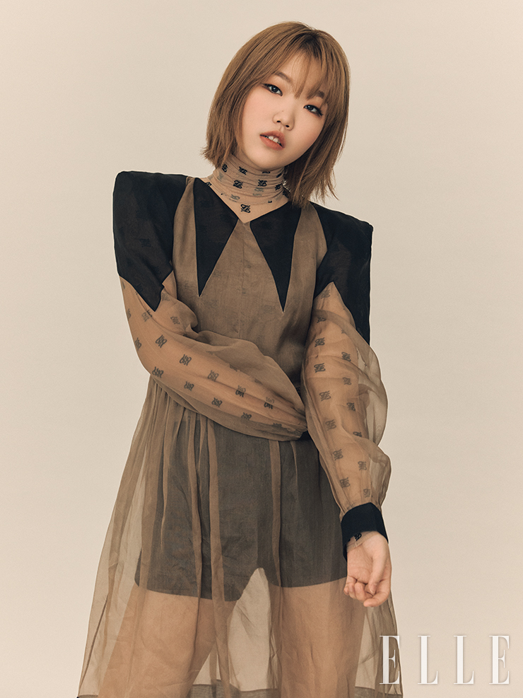 시스루 원피스와 로고 보디수트는 Fendi. 블랙 이너 톱과 팬츠는 Miu Miu.