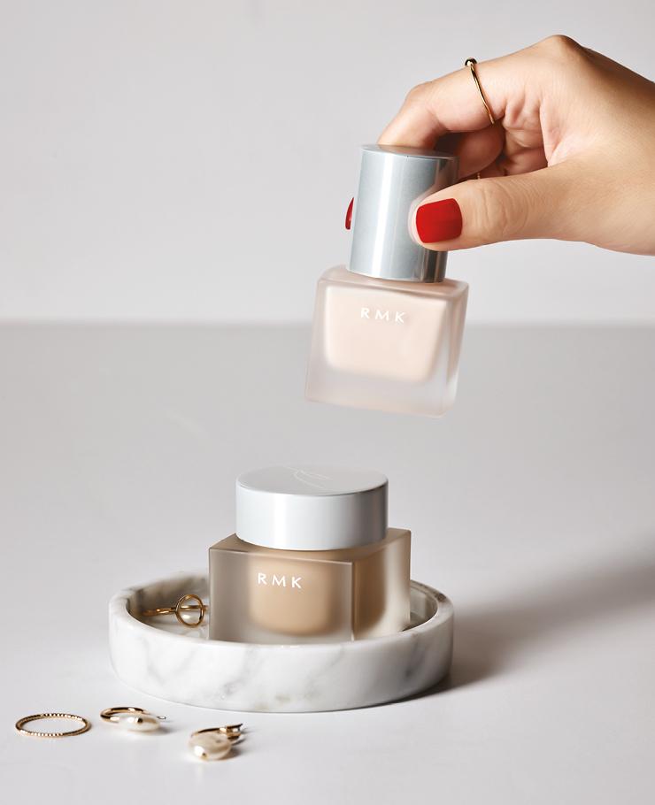 (위부터) 메이크업 베이스 보습효과가 높은 실크 에센스와 시어버터를 배합해 피부를 촉촉하고 매끄럽게 정돈해주는 스킨케어 효과의 메이크업 베이스. 메이크업을 하기 전 최적의 상태로 만들어주는 파티 메이크업의 필수품이다. 30ml 4만6천원. 크리미 파운데이션 EX 피부에 제형이 부드럽게 녹아 들어 결점을 커버하고 오랜 시간이 지나도 쉽게 무너지지 않는 실크 페이스를 완성한다. 칙칙함을 커버하고 입체감을 살려 특별한 메이크업 스킬 없이도 완벽한 파티 메이크업을 연출할 수 있다. 30g 7만원, 모두 RMK.