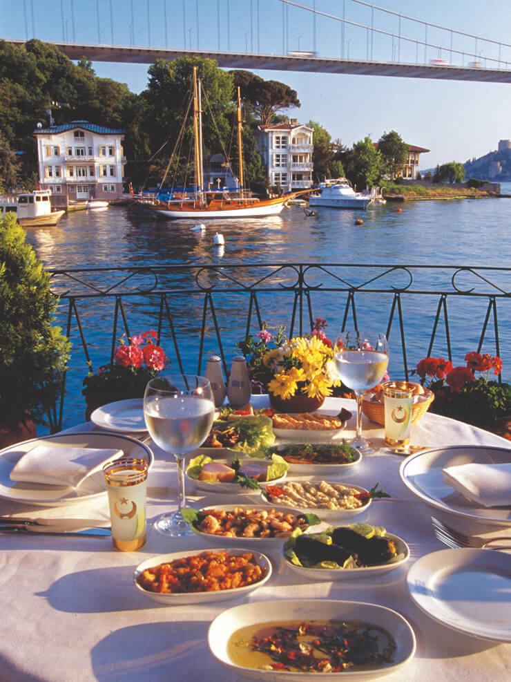 메인 디시 전 적당량의 다양한 요리를 즐길 수 있는 '메제'는 여행의 특별함을 더해준다.