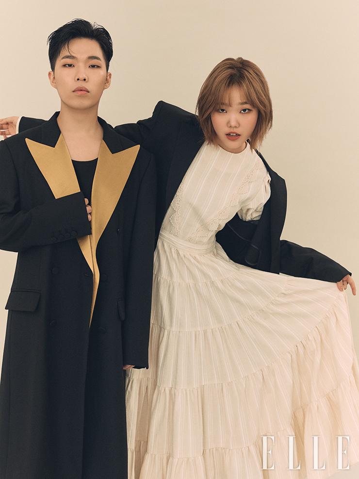 찬혁이 입은 골드 라펠의 블랙 코트는 Kimseoryong. 티셔츠와 팬츠는 스타일리스트 소장품. 수현이 입은 화이트 원피스와 블랙 블레이저는 Midnight Circus.