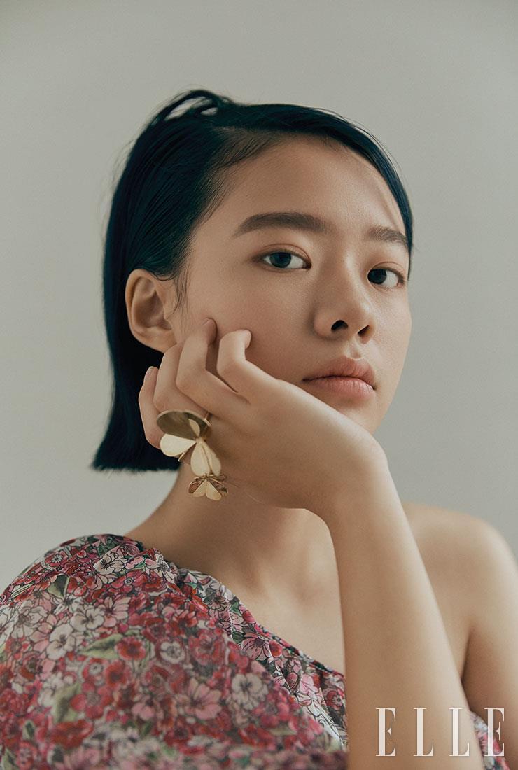 원 숄더 미니 드레스는 Giambattista Valli x H&M. 클로버 모티프의 반지는 Blank-a.