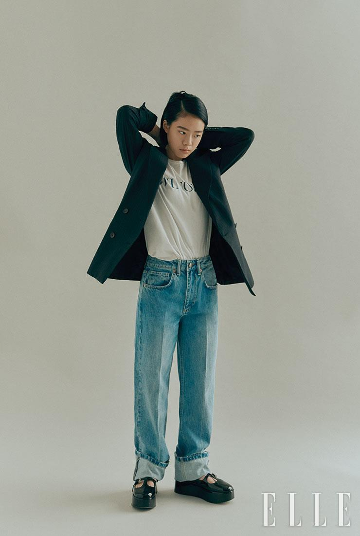 데님 팬츠는 Raey by Matchesfashion.com. 재킷과 티셔츠는 스타일리스트 소장품.
