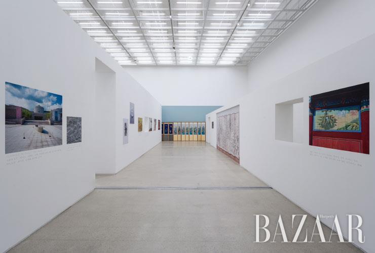 22점의 이미지와 1점의 유화작품으로 구성된 <작은 미술관>(2019)은 작가가 주관적으로 재해석한 미술관의 역사다. 특히 낮은 담, 창, 회랑, 병풍 등 전통 건축의 요소를 추상적으로 재해석한 공간이 작업을 완성한다.