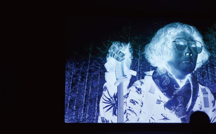 ©홍철기. 55분짜리 영상 <늦게 온 보살>(2019)은 특유의 네거티브 영상을 통해 광선, 대기, 방사능, 자연 등에 대한 익숙한 이미지를 반전해볼 수 있도록 한다.