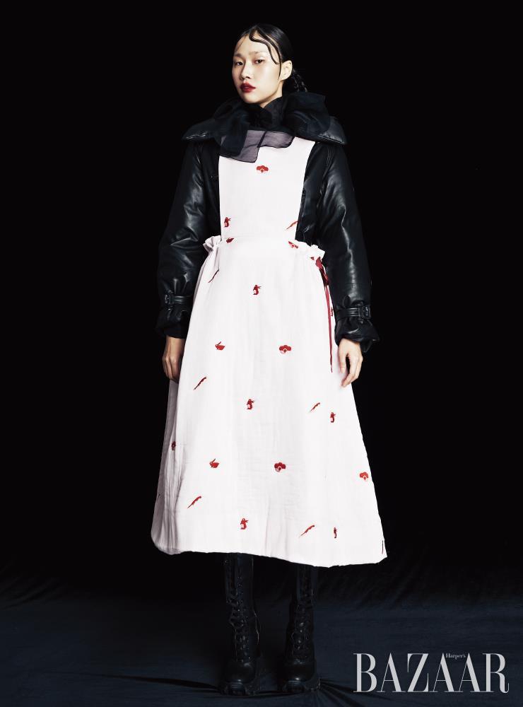 코트는 1천90만원 Burberry. 블라우스는 Chanel. 에이프런은 55만원 Minju Kim. 부츠는 Miu Miu.