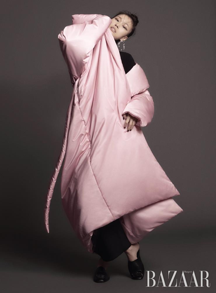 패딩 코트, 니트 톱, 뮬은 가격 미정, 팬츠는 1백53만원 모두 Balenciaga. 귀고리는 Chloe.