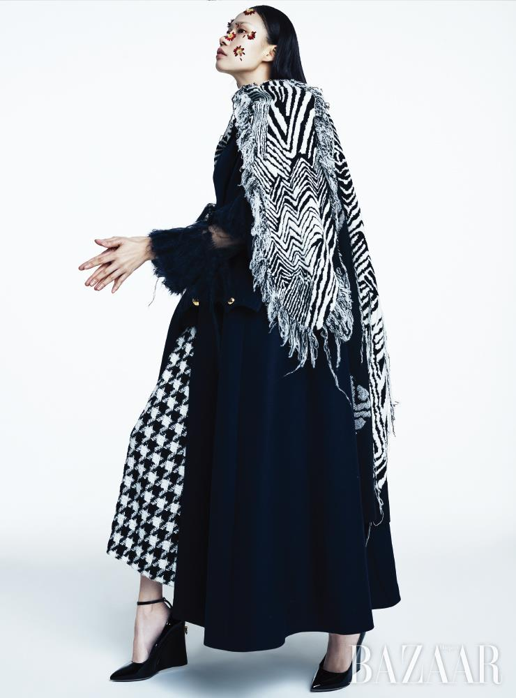 판초로 연출한 드레스, 이너로 입은 티어드 톱은 모두 Ports 1961. 케이프는 4백만원대 Miu Miu. 스커트는 Chanel. 슈즈는 1백1만원 Valentino Garavani.