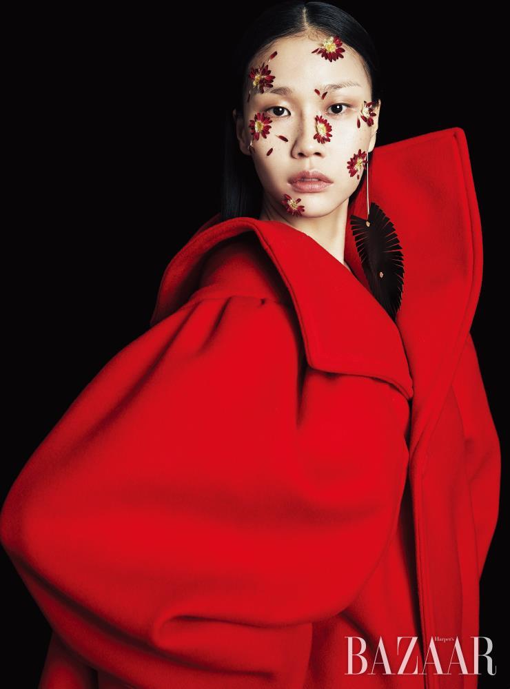 코트는 Balenciaga. 싱글 귀고리는 Louis Vuitton.