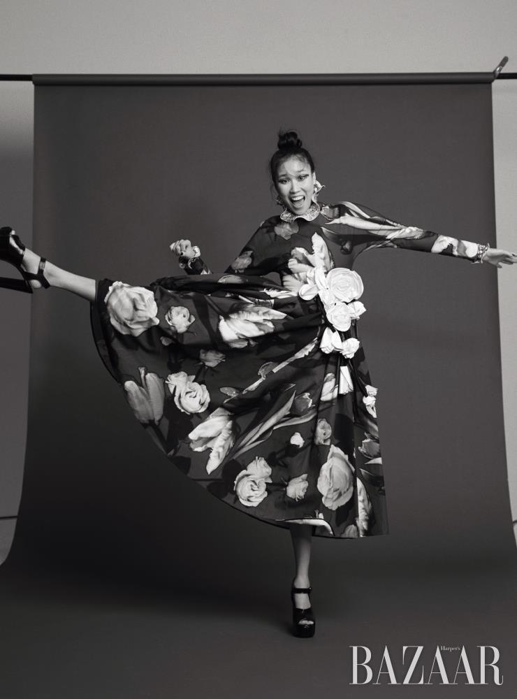 원피스는 6백만원대 Prada. 이너로 입은 톱, 귀고리는 가격 미정, 플랫폼 힐은 1백30만원대 모두 Givenchy.
