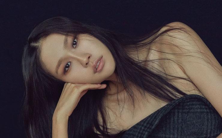 1999년 <바자> 12월호엔 사진가 김중만의 40인을 소개하는 화보가 실렸고, 갓 모델 일을 시작한 열아홉 살의 김원경은 단 한 장의 사진으로 자신의 존재감을 알렸다. 올해로 데뷔 20주년을 맞은 그녀. 여전히 현재진행중인 톱 모델 김원경의 면면(面面)을 동시대 패션 포토그래퍼 3인의 카메라에 담아냈다.