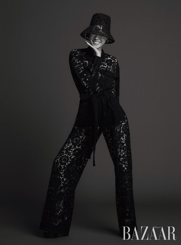 점프수트는 6백14만원 Valentino. 버킷 모자는 81만원 Valentino Garavaini. 플랫폼 힐은 1백30만원대 Givenchy.
