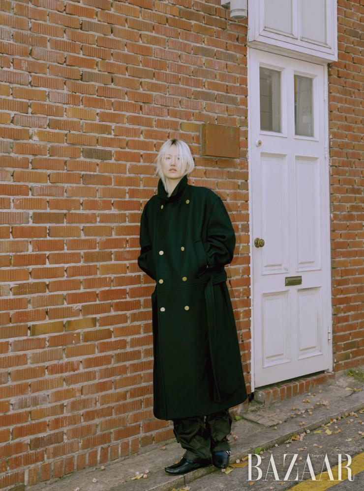 더블 브레스트 코트는 Dunhill. 개버딘 팬츠는 1백27만원 Bottega Veneta. 버클 장식 로퍼는 Loewe.