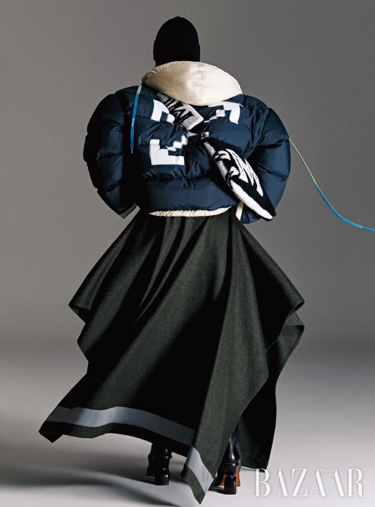 패딩 후디 재킷은 2백49만원 Off-White. 스커트는 1백95만원, 모자는 19만5천원, 양털 클러치 백은 1백15만원, 스트랩은 59만5천원 모두 Mcm. 앵클부츠는 Loewe.