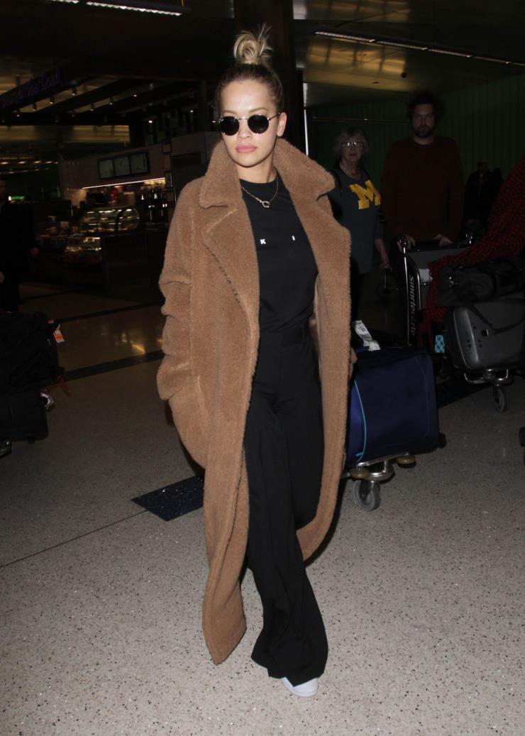 막스마라 테디베어 코트를 입은 리타 오라