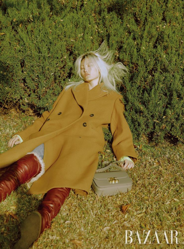코트는 Stella McCartney. 데님 팬츠, 숄더백, 롱 부츠는 모두 Celine by Hedi Slimane.