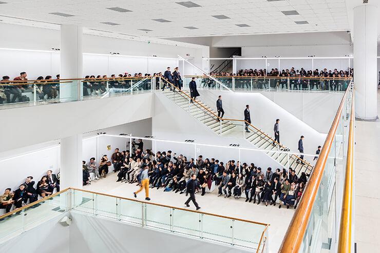 서울시립미술관 전체가 쇼장으로 활용됐다. 3층부터 1층까지 긴 런웨이가 이어졌다.
