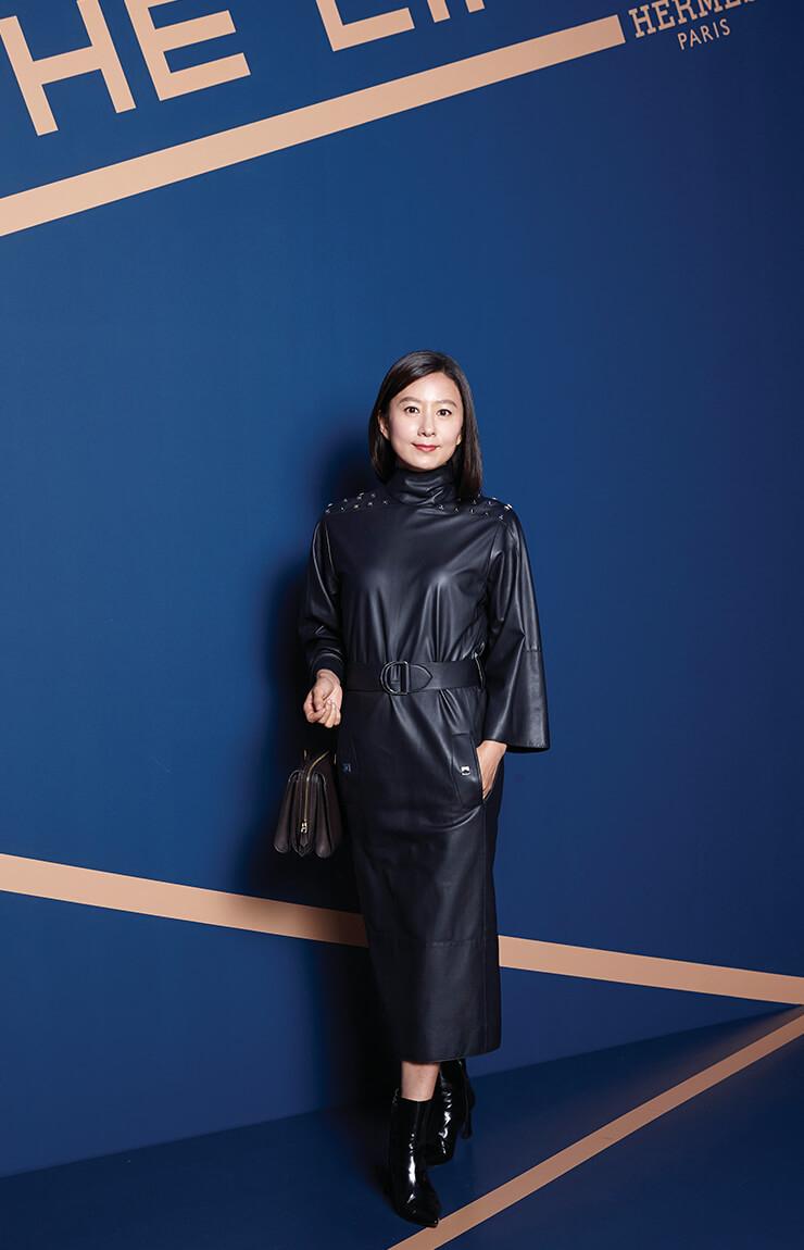 가죽 드레스도 김희애가 입으면 단아하다. 네이비 컬러 가죽 드레스로 시크한 멋을 드러냈다.