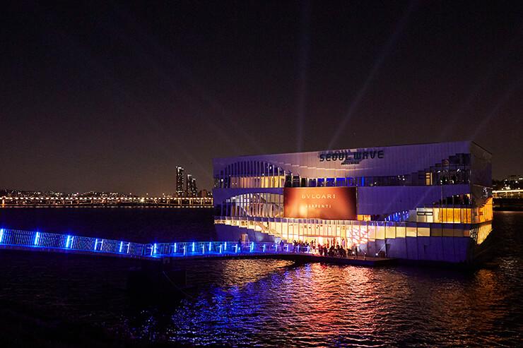 새로운 컬렉션 '세르펜티 세두토리' 론칭을 기념하며 한강을 황금빛으로 물들인 불가리의 웅장한 스케일.