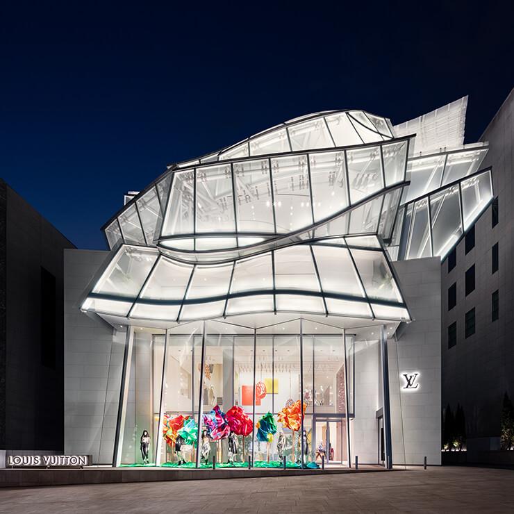 프랭크 게리가 한국의 전통 학춤에서 영감을 얻어 디자인한 루이 비통 메종 서울의 전경.