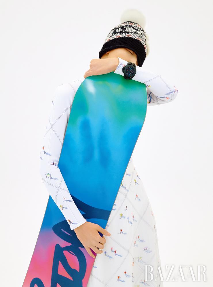 블루 컬러 인덱스의 '섭머저블 카보테크 47mm' 시계는 2천1백만원대 Panerai. 네오프렌 보디수트, 모슬린 스커트, 모자는 모두 가격 미정 Chanel. 멀티 컬러 스노보드는 80만3천원 Burton.