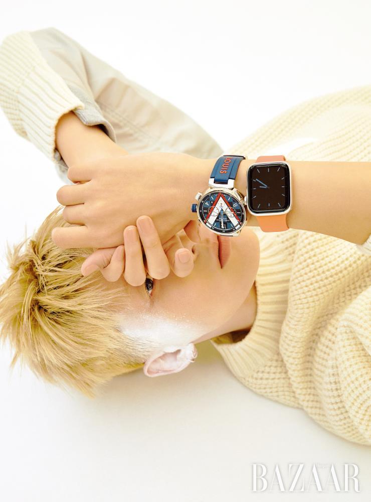 네이비 러버 밴드의 '땅부르 다미에 코발트 크로노그래프' 시계는 가격 미정 Louis Vuitton. '애플 워치 시리즈 5' 스마트 워치는 1백8만4천원 Apple. 니트 톱은 1백49만원 Sacai.