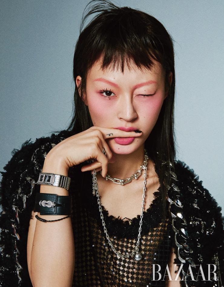 4개의 밴드가 하나로 합쳐진 '콰트로 블랙 라지 링'은 7백만원대 Boucheron. 초커 형태의 '하드웨어 그레듀에이티드 링크 네크리스', 볼 장식이 달린 '하드웨어 랩 네크리스'는 모두 Tiffany & Co.. 스틸 케이스와 다이아몬드 베젤, 턴락 버클이 특징인 '코드 코코' 시계는 Chanel Watches. 다이아몬드가 세팅된 '블랙 레더 커프 브레이슬릿'은 Fred. 블랙 골드 소재의 '메트로폴리탄 드림 브레이슬릿'은 1백84만원 Damiani. 체인을 장식한 재킷, 슬리브리스 톱은 모두 Balmain.