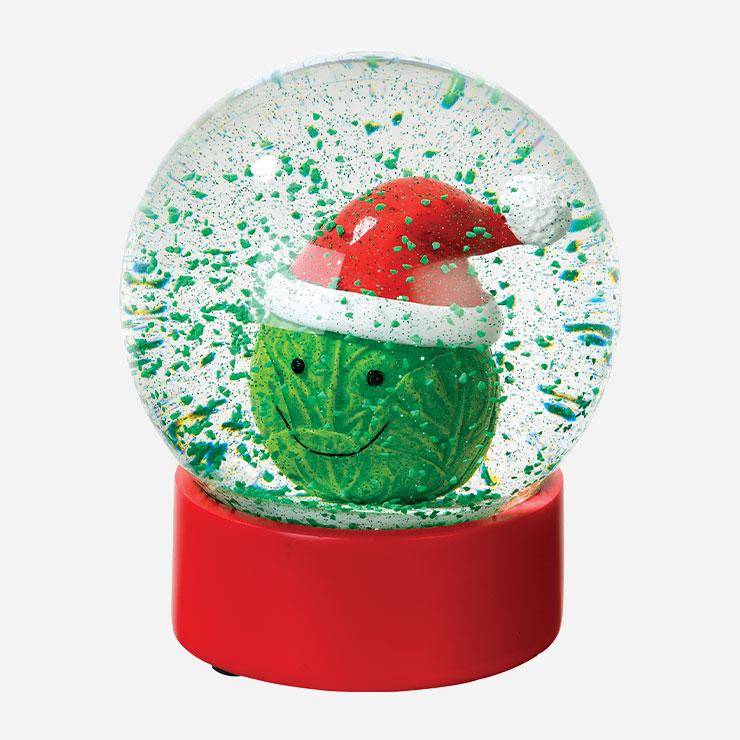 크리스마스는 원래 가족과 함께 보내는 게 정석이다. 이 유리볼 속 펭귄 가족처럼! 사랑스러운 양배추 산타 스노볼, 펭귄 가족 스노볼 각각 3만5천원 모두 토킹 테이블즈 by 10 꼬르소 꼬모.