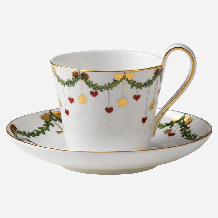 테두리에 가랜드를 두른 스타 플루티드 크리스마스 하이핸들 컵&소서 240ml 9만원 모두 로얄코펜하겐.