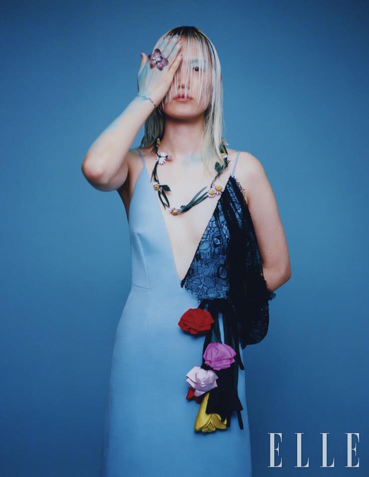 입체적인 플라워 장식의 드레스와 네크리스는 가격 미정, 모두 Prada.