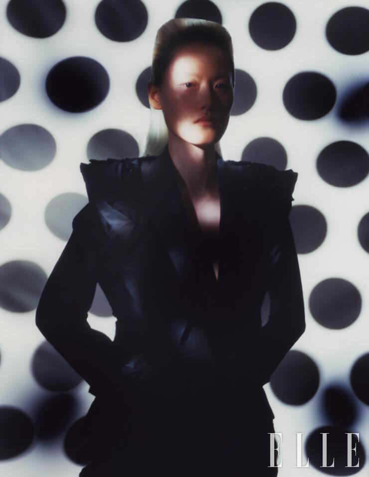 러플 디테일의 재킷과 팬츠는 가격 미정, 모두 Alexander McQueen.