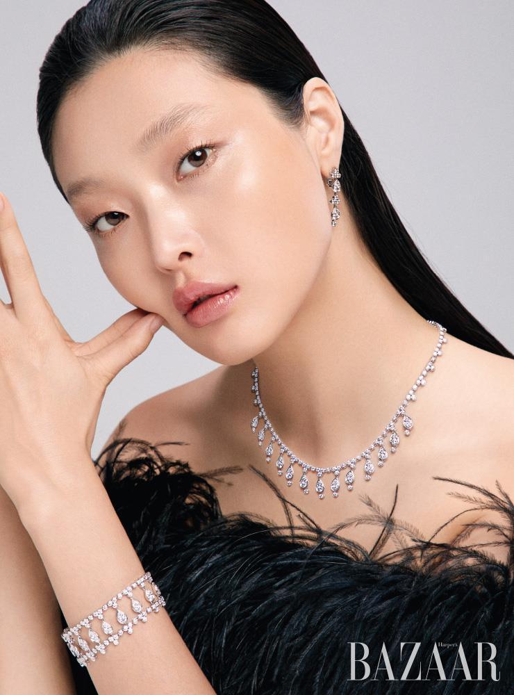 떨어지는 빗방울을 모티프로 한 귀고리, 목걸이, 팔찌는 모두 '플뤼 드 까르띠에' 컬렉션 Cartier. 드레스는 Ralph Lauren Collection.