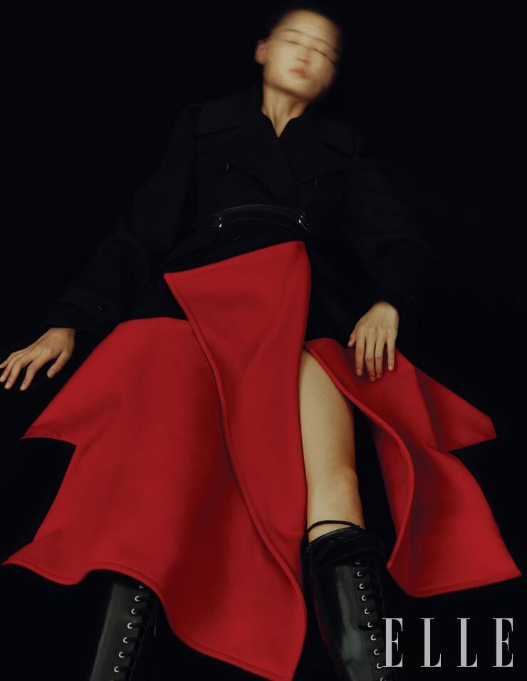 입체적인 실루엣의 코트와 벨트, 레이스업 부츠는 가격 미정, 모두 Alexander McQueen.