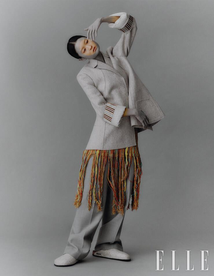 아워 글라스 실루엣의 재킷은 3백만원대, Jil Sander. 프린지 장식의 니트 드레스는 2백7만원, M Missoni. 와이드 팬츠는 17만5천원, COS. 슈즈는 9만9천원, Birkenstock.