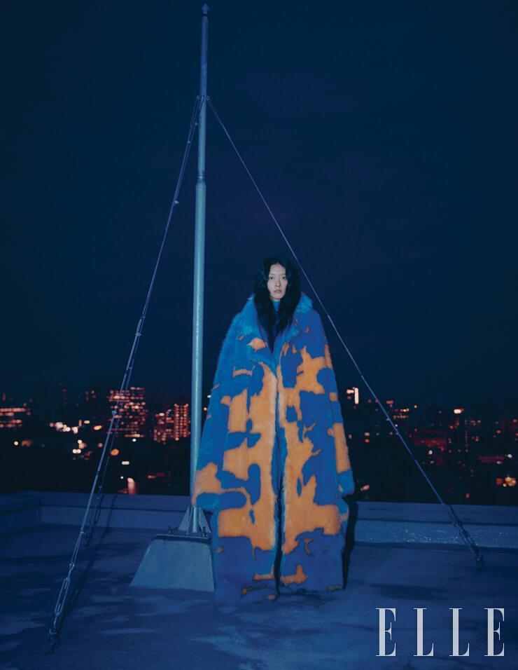 블루와 옐로 컬러가 믹스된 페이크 퍼 코트는 가격 미정, Maxxij. 터틀넥은 가격 미정, Max Mara. 데님 팬츠는 1백25만원, Gucci.
