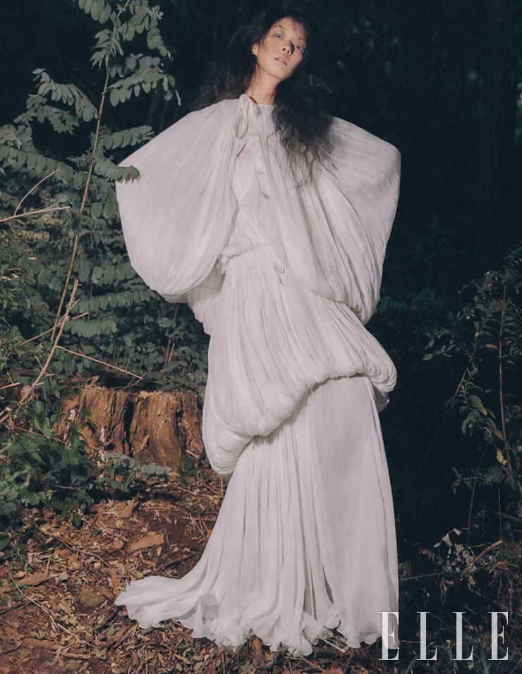 볼륨감이 돋보이는 케이프와 드레스는 가격 미정, Giambattista Valli Haute Couture 17.