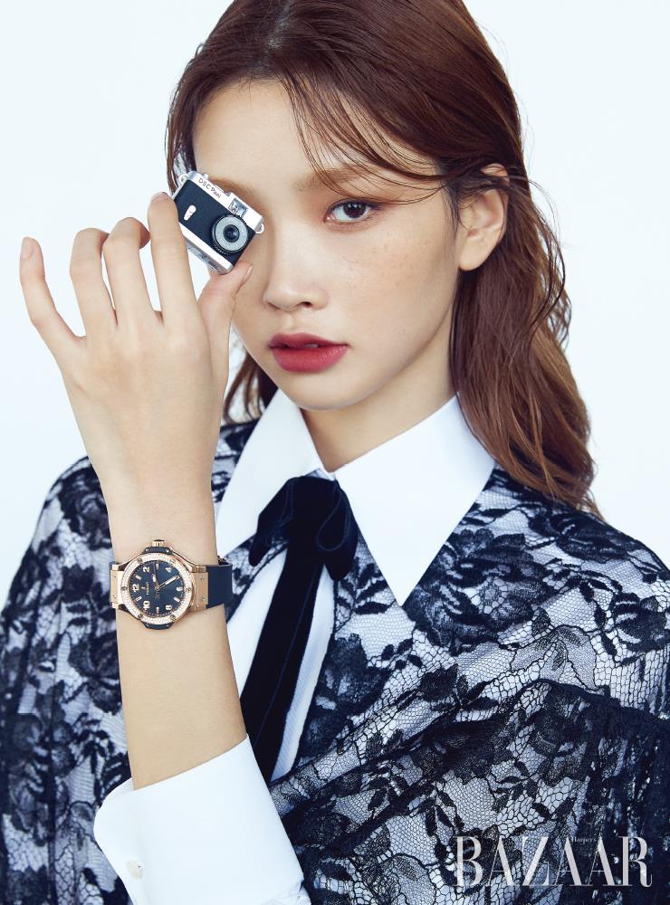베젤에 세팅된 다이아몬드와 블랙 러버 스트랩이 돋보이는 38mm 사이즈의 '빅뱅 골드 블랙 다이아몬즈' 워치는 Hublot. 레이스 케이프는 Prada.셔츠, 리본 타이는 Dolce & Gabbana.