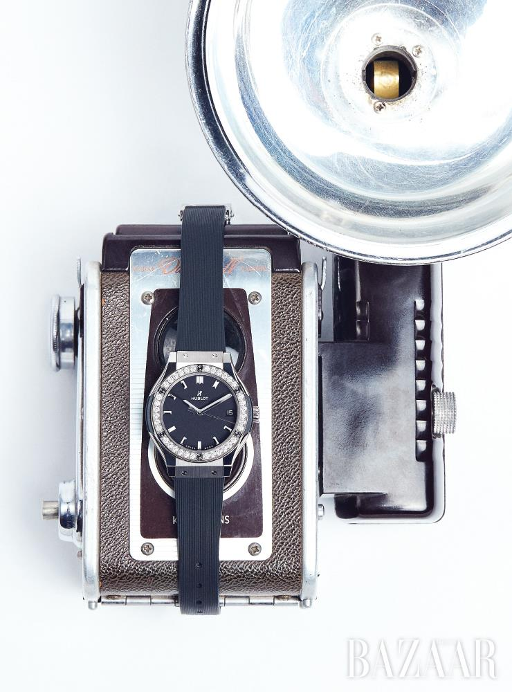 33mm 사이즈의 다이얼이 여성스러운 '클래식 퓨전 티타늄 다이아몬즈' 워치는 Hublot.