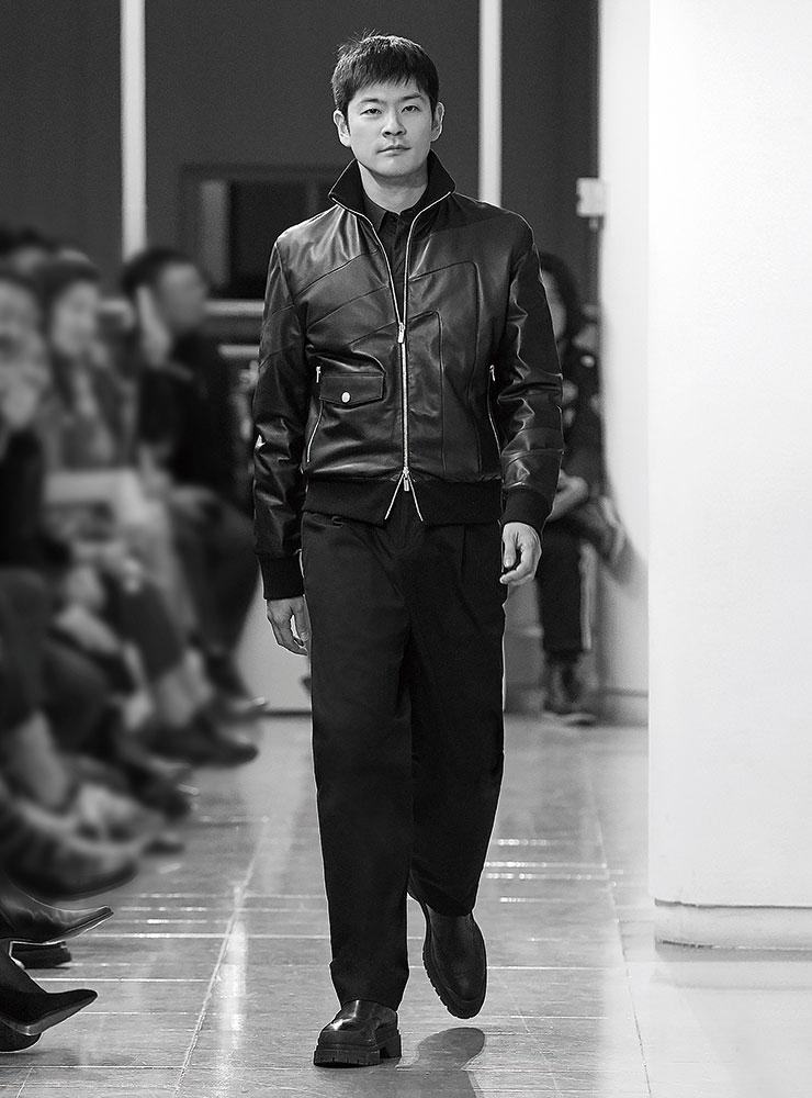 패치워크 장식의 블루종과 셔츠, 와이드 팬츠, 펀칭 부츠는 모두 Hermès.